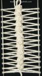 Un punto bajo con picot de tres cadenetas tomando el lado de adelante del bucle
