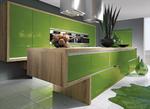 """Les meubles suspendus et le vert pomme brillant donnent un aspect """"flottant"""" à cette cuisine design - Possibilité de laque à la demande (nuancier RAL)."""