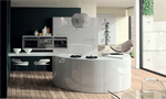 Cuisine équipée avec des meubles galbés: Les formes arrondies confèrent à cette réalisation Haut de Gamme un design unique. Cuisine aménagée composée d'un four compact, d'un four vapeur et d'une machine à café intégrée. Façades laquées blanches brillantes