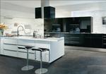 Cuisine ultra moderne - Alternance de laque noires et blanches brillantes -Poignées profils aluminium - Aménagements de crédence.