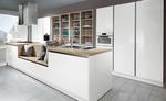 Îlot central avec intégration de la partie cuisson et lavage - Évier inox à fleur et hotte décorative en inox - Blocs d'armoires intégrées dans un caisson.