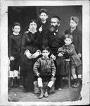 Moses Hersch Erdheim, Esther Erdheim und ihre fünf Söhne Sische, Osias, Jakob, Abe und Pinkas, Photo anonym, um 1880. Aus: Claudia Erdheim: Das Stetl