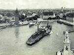 Das Lindauer Dampftrajektschiff II beim Manövrieren im Seehafen Lindau, ca. 1910.