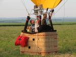 Dernières vérifications avent le décollage de la montgolfière