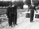 """""""Lep-Träger"""" in den Erdwachsgruben, Boryslaw. Photo S. Erdheim, um 1910 Aus: Claudia Erdheim: Das Stetl"""