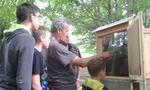 Herr Trapp erklärt uns die verschiedenen Hierarchien innerhalb eines Bienenvolkes.