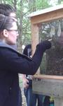 Anja hat die Bienenkönigin gefunden.