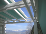 Store de protection solaire motorisé sur pergola, toile Ferrari Soltis 92