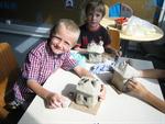 Die Kinder bei einer kreativen Arbeit mit Ton