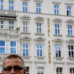 Andy vor dem Hotel Sacher