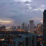 Blick auf Makati bei Nacht