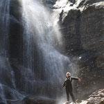 Evelyn unterm Wasserfall