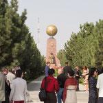 まず最初のイベントは「ウズベキスタン独立記念公園」にて献花セレモニー。28カ国から写真家が集まっているという事で・・・とても国際的。
