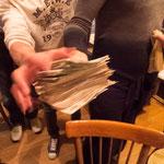 世界各国の写真家が集まっての打ち上げ。ウズベキスタンの貨幣「スム」は1$=2400スム(公正レート)な為にお会計時こんな状態に。100$を換金した時はお金持ちになった気分でした(笑)