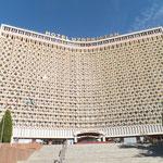 私が泊まった「ウズベキスタンホテル」 首都Tashkentでもさらに中心にあるアムールティムール広場の目の前にあり、とても大きなホテル。主催者の取り計らいでこんな素晴らしいホテルに泊まれるのは本当に光栄でした。