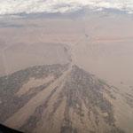 飛行機は、成田→ウズベキスタン直行便でだいたい8時間くらい。ここは中国だろうかロシアだろうか・・・川に沿って田畑と街が広がっているのが面白い。川の氾濫と共に形を変えていくのだろうか。