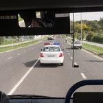 作家陣を乗せたバスには常にパトカーが先導。バスが駐車場に入る時はパトカーが対向車線に横になって対向車を止めるんですよ。格好良い><。