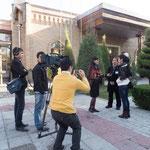 荻野さんを激写中の日本人へっぽこカメラマン。腰が引けてるぞ!カメラの構え方から鍛えなおしてやる!!