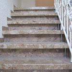 Treppe mit in Steinoptik gestalteten Stellstufen