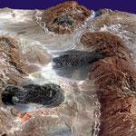 Salzgletscher im Zāgros-Gebirge (Iran), aufgrund des ariden Klimas und fehlendem Grundwasser wird Salz beim zu Tage treten nicht gelöst und abtransportiert,  B27.517669°/L54.489659° bei Karmostaj  (Foto: Wikipedia)