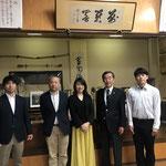 向かって左から、岩佐コーチ、西村監督、小澤陽子様、澤田弓友会会長、平山副将、後ろには名誉師範の優しいお姿