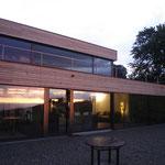 Neubau Einfamilienhaus EFH Wolfhalden, Ansicht Nord mit Abendsonne und Terrasse.