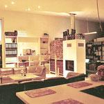 Blick von der offenen Küche Richtung Wohnzimmer mit Kaminofen.