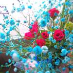 ブルーのかすみ草とショッキングピンクのバラのコントラスト