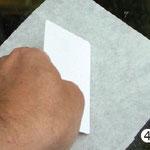 Übertragungspapier mit Motiv faltenfrei auf die Glasfläche aufbringen und glattstreichen.