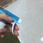 Sowohl Klebeseite des Folienmotivs als auch die Glasfläche gut mit Wasser benetzen.