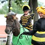 """Biene Maja mit ihrer """"aufgeblasenen"""" Begleitung"""