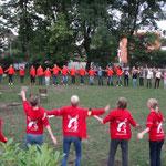 Kreisspiele im Garten der Jugendherberge