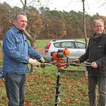 Martin Hoier und Gerhard Schweigert mit Erdbohrer