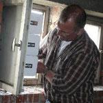 Peter Kondriniewicz beim Anbringen am Fensterrahmen