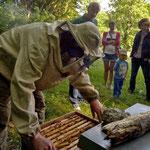 Imker mit Ganzkörperschutz gegen Bienenstiche
