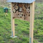 Insektenhotel mit unterschiedlichen Holzscheiben