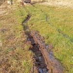 Tiefe Rillen im nassen Boden