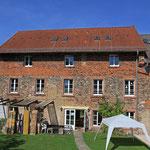 Blick über den Innenhof auf das alte Mühlengebäude