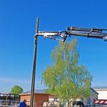 Aufstellung des Masts mit Hilfe des Lastkrans