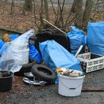 Säckeweise Müll aus dem Straßengraben