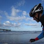 YOUNGER fuellt ein Flaeschchen mit Pazifik-Wasser