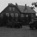 Übung auf dem ehemaligen Schulhof der alten Schule (heute Amtsverwaltung) in den 1950er Jahren