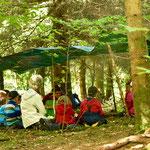 Waldmärchen: Andächtiges Zuhören - und dann werden Zwerge geschnitzt und Märchenlandschaften gestaltet..