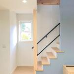 視界を遮らないようなシンプルなデザインのリビング階段