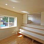 シアタールーム、ロフトへの階段兼椅子スペース 窓の下は落書きのできる壁