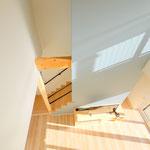 二階廊下からもリビングが見渡せるように設計