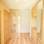 玄関は明るさを取り入れた格子の扉