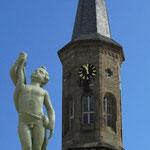 """""""Paulchen"""" auf dem Marktbrunnen, Hintergrund: Turm der Evangelischen Kirche"""