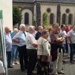 Viele kamen zur Glockenversteiferung um 13.00 Uhr.
