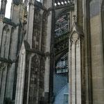 Um in die Galerie zu gelangen, die im Inneren einmal komplett rund führt, muss man kurz über Dach der Kathetrale.